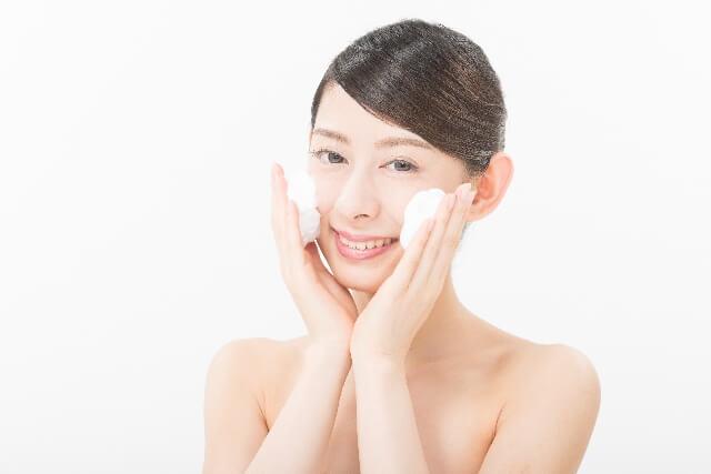 笑顔で洗顔をする女性